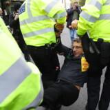Politiet i London har udstedt et forbud mod Extinction Rebellion-demonstrationer i hele London – og onsdag førte det til en anholdelse af en af bevægelsens mest fremtrædende aktivister, journalisten George Monbiot. Men torsdag morgen demonstrerede gruppen altså stadig.