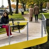 Scandiagades klimaprojekt er både bro og bassiner. Den neongule farve er en hilsen til landskabsarkitekt og professor Steen Høyer og hans Nørrebropark.
