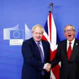 EUs ledere havde torsdag svært ved at skjule lettelsen og begejstringen over, at det lykkedes at forhandle en ny Brexit-aftale på plads. Det skyldes også, at Brexit har udviklet sig en tidsrøver, der stjæler tid fra andre hastesager. Her ses den afgående kommissionsformand Jean-Claude Juncker (th.) med Storbritanniens premierminister Boris Johnson.