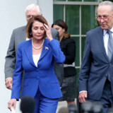 Formanden for Repræsentanternes Hus, demokraten Nancy Pelosi, forlader Det Hvide Hus, efter at hun blev kaldt for en »tredjerangs politiker« af præsident Donald Trump. Her flankeret af Senatets minoritetsleder, demokraten Chuck Schumer.