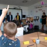 Færre af de dygtigste gymnasieelever vælgere at uddanne sig til lærer, kun 80 procent af underviserne i folkeskolen er uddannede lærere og ifølge OECD er danske lærere væsentligt dårligere til at læse, til matematik og til problemløsning end lærerne i landene omkring os.