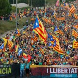Der er lagt op til den helt store armlægning fredag aften i den catalanske storby Barcelona. Over en halv million mennesker deltager fredag i en demonstration i Barcelona, oplyser politiet i den catalanske hovedby.