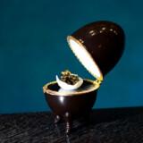Et æg med kaviar og bladguld er placeret i et Fabergé-æg.