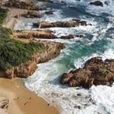Ude på The Heads i Krysna brydes de kraftige bølger af skarpe klipperev, men giver også plads til en skøn strand.