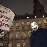 Det er ikke kun det offentlige, der masseovervåger os. Vi bliver også i meget stor stil overvåget af private virksomheder, ikke mindst de tech-giganterne. Her demonstrerer folk foran Christiansborg mod masseovervågning.