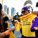 Før sæsonpremieren i Staples Center, hvor Los Angeles Lakers og Los Angeles Clippers mødte hinanden, blev der solgt t-shirts med teksten Fight for freedom. Stand with Hong Kong. Frederic J. Brown/Ritzau Scanpix