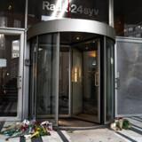 Der er lagt blomster foran Radio24syvs indgang, efter det i går blev offentliggjort at radioen ikke får lov til at fortsætte som DAB-kanal, på Radio24syv i København, onsdag den 23. oktober 2019.