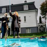 Overflod: Lene Skytt og Gry Guldager fra kunstkollektivet Familien er instruktørerne bag forestillingen »Første parket«, der undersøger, hvad det vil sige at bo i »reservatet« nord for København. En velholdt Charlottenlund-villa udgør rammen om forestillingen.