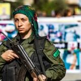 Et medlem af den kurdiske sikkerhedsstyrke, Asayesh, står vagt under en protest mod den tyrkiske invasion i Nordsyrien.