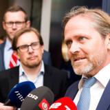 Allerede i forbindelse med de dramatiske forhandlinger om en finanslov i december 2017 afsøgte Simon Emil Ammitzbøll-Bille ifølge Berlingskes oplysninger mulighederne for at udskifte Anders Samuelsen som Liberal Alliances politiske leder.
