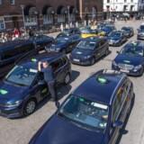 Interessen for at køre mere miljørigtig taxa stiger, og derfor vil transportministeren nu se på, om man kan fremrykke datoen for, hvornår man kan stoppe salget af nye benzin- og dieseltaxaer. Arkivfoto: Søren Bidstrup