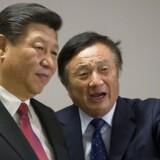 Ren Zhengfei, Huaweis stifter, viser Kinas præsident, Xi Jinping (tv.), rundt på et virksomhedsbesøg hos den kinesiske mobilgigant. USA advarer mod, at Huawei kan blive tvunget til at spionere for Kina, men det afviser selskabet. »Jeg elsker mit land, jeg støtter Kinas kommunistiske parti, men jeg vil aldrig gøre noget for at skade en anden nation,« sagde Ren Zhengfei i et interview for nylig. Kan vi stole på ham? Foto: Ritzau / Scanpix / Reuters / Matthew Lloyd