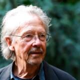 Handke er berygtet for at forsvare det serbiske regime og dets krigsforbrydelser under borgerkrigen på Balkan i 1990erne. »Han nævner ikke ofrene. Han siger, at det er umuligt at disse forbrydelser kunne ske. Men de skete. Det ryster mig, at sådan noget bliver præmieret,« siger den tyske forfatter Saša Stanišić om den østrigske forfatter Peter Handke (billedet), der for nylig blev tildelt Nobelprisen i litteratur.