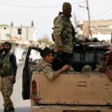Tyrkisk støttede syriske militsfolk i den syriske grænseby Tal Abyad. I fem døgn vil der være pause i kampene mellem kurderne og Tyrkiet i det nordlige Syrien.