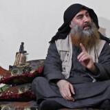Dette billede er fra en video udsendt af Islamisk Stat i april, som menes at vise IS-leder Abu Bakr al-Baghdadi. Det var første gang i fem år, at offentligheden så IS-lederen. Det vides ikke, hvornår videoen er optaget. -/Ritzau Scanpix
