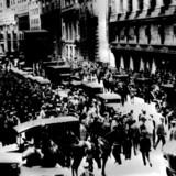 Menneskemængder samles uden for New York Stock Exchange på Wall Street på »Den Sorte Tirsdag« 29. oktober 1929. 90 år senere har vi ifølge en række eksperter lært en del af verdenshistoriens dengang største børskrak og den efterfølgende økonomiske depression.