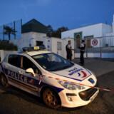 Franske politifolk ved en moské i Bayonne i det sydvestlige Frankrig, hvor to ældre mennesker blev såret af skud mandag, da en 84-årig mand forsøgte at sætte ild til bygningen.