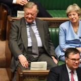 Theresa May har siden sin afgang som premierminister placeret sig i Underhuset ved siden af partiets nestor Ken Clarke. Det er hun fortsat med, efter at han blev ekskluderet for partigruppen, fordi han stemte imod Boris Johnsons Brexit-linje.