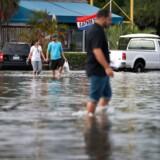 Mindst 300 millioner menneskers hjem er i fare for årlige oversvømmelser, hvis ikke CO2-udledningen reduceres dramatisk og verdens lande i øvrigt installerer væsentligt bedre kystbeskyttelse. Sådan lyder en ny dyster fremtidsprognose i en klimarapport. Og antallet er tre gange højere, end tidligere prognoser har anslået. Billedet her er fra en oversvømmelse i det nordlige Miami i 2016.