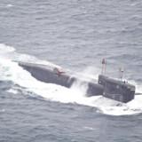 En russisk ubåd passerer tæt ved den nordnorske kyst under en tidligere øvelse.