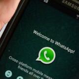 Al kommunikation i WhatsApp, som ejes af Facebook, er krypteret, så den ikke kan aflyttes. Det har fået mange, der risikerer at blive forfulgt, til at bruge beskedtjenesten, men et omstridt israelsk overvågningsfirma fandt en måde alligevel at kunne aflytte, hvad der skete på brugernes telefoner. Arkivfoto: Stan Honda, AFP/Ritzau Scanpix