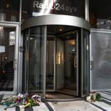 Der er lagt blomster foran Radio24syvs indgang, efter det i går blev offentliggjort at radioen ikke får lov til at fortsætte som DAB-kanal, på Radio24syv i København, onsdag den 23. oktober 2019.. (Foto: Niels Christian Vilmann/Ritzau Scanpix)
