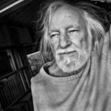 »Enden på tragedie«, Svend Åge Madsens nye roman, er på en måde to bøger samlet i en. Romanformen møder novellegenren, og sød forvirring og stor kompleksitet opstår. 2. november 2019 fylder forfatteren 80 år.