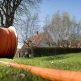 Der graves kabler ned overalt i Danmark, og mobilnettenes dækning forstærkes for at følge med efterspørgselen. De bedre forbindelser er en vigtig brik i at nedbringe energiforbruget, kunne arbejde hjemme og sikre et lavere CO2-aftryk. Arkivfoto: Nils Meilvang, Ritzau Scanpix