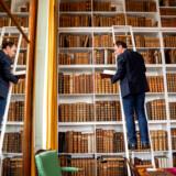 Dronningens Håndbibliotek på Amalienborg har helt bogstaveligt bøger fra gulv til loft – så håndbibliotekar Mikael Bøgh Rasmussen må sommetider op på stigerne. Foto: Linda Kastrup