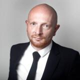 Mads Brügger er den ene af to programchefer på Radio24syv. Han mener, at radioen er offer for et politisk komplot indeholdende chikane og magtmisbrug.