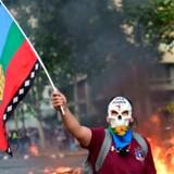 Chiles præsident tør ikke lægge hus til årets store FN-klimamøde under det aktuelle og voldsomme folkeoprør, der har bragt tusindvis af demonstranter bag tremmer og såret flere hundrede.