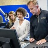 Radio4-journalisterne, Claus Elgaard (th.), Rasmus Dalgaard (tv.) og Sara Husted Meyer i Radio4s lokaler i Aarhus.