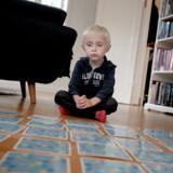 Berlingske fortalte forleden om fireårige Victor, som lider af en alvorlig stofskiftesygdom, men pludselig ikke kunne få de piller, han plejer at få, fordi de ikke længere fandtes på apotekernes hylder. »Det bør simpelthen ikke kunne ske,« sagde hans mor, Sofie Ravn. Nu vil sundhedsministeren stramme kravene til apotekerne om at videregive oplysninger til patienter og læger om, hvor man er udgået for medicin, og hvor det stadig findes på lager.