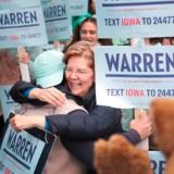 Senator Elizabeth Warren, en af Demokraternes favoritter til at blive Trumps udfordrer ved præsidentvalget næste år, omfavnede støtter uden for Wells Fargo Arena i Des Moines i Iowa i fredag.