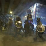 Politiet brugte lørdag tåregas og vandkanoner mod aktivister, der svarede igen med brandbomber og mursten.