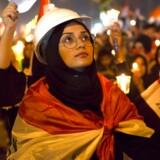 Irakiske demonstranter tænder lys for dem, der er blevet dræbt under de seneste ugers protester mod korruption, økonomisk elendighed og iransk indflydelse i Irak. Styret og paramilitære grupper har svaret brutalt igen. 250 er dræbt, og 10.000 er blevet såret.