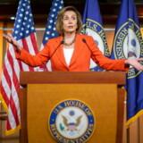 Nancy Pelosi, Demokraternes formand i Repræsentanternes Hus, er sammen med sine partifæller gået videre med en mulig rigsretssag mod Donald Trump. Men det kan meget vel give bagslag for Demokraterne, hvis det ikke fører til noget, mener David Trads og Mads Fuglede.