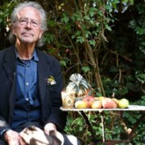 »Nobelprisen til Handke er et modigt valg, fordi den i modsætning til prisen til Eika (Jonas Eika, modtager af Nordisk Råds litteraturpris, red.) netop tildeles på trods af forfatterens politiske sympatier. Ingen er jo enige med Handke,« skriver Kasper Støvring.