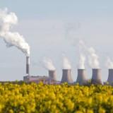 På samme måde som vi taler om klimaflygtninge, der migrerer mod Europa på grund af klimaforandringer i deres hjemlande, så risikerer vi virksomheder eller produktion som »flygter« den modsatte vej ud af Europa, skriver Ulrich Bang og Lasse Hamilton Heidemann. Her ses Coattam kulkraftværket i Storbritannien.