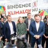 Sådan så det ud, da regeringen indledte forhandlingerne om en ny klimalov. På billedet fra venstre: Mai Villadsen (EL), Anne Paulian (S), Morten Østergaard (R), Ida Auken (R), Jacob Mark (SF), klima-, energi- og forsyningsminister Dan Jørgensen (S) og Signe Munk (SF) i Amager Strandpark. Arkivfoto: Niels Christian Vilmann/Ritzau Scanpix