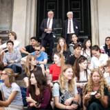 14 ansatte på Københavns Universitet går i et debatindlæg i rette med kommentarer fra lektor Marianne Stidsen, der ligeledes arbejder på universitetet. »Hvilke forudsætninger har man for at indgå i faglige diskussioner og fælleskab, hvis noget så simpelt som en påpegning af, at man faktisk findes som kønnet minoritet, bliver udlagt som et »aktivistisk stunt« og eksempel på »krænkelsestyrrani«,« lyder et spørgsmål fra en af underskriverne.