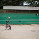 En ung med handicap spiller basketball i Uganda. I år er det første gang nogensinde, at Operation Dagsværk sætter fokus på handicap. Ifølge Operations Dagsværk er der to millioner unge mellem 15-24 år, som lever med handicap i Uganda. Frans Vu/Operation Dagsværk/Free