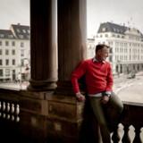 Efter at store dele af Kongens Nytorv i mere end syv år har været spærret inde bag Metro-byggeriets meterhøje grønne hegn, glæder Nikolaj Hübbe sig over nu igen at have udsigt til Krinsen med nyplantede lindetræer fra balkonen på Gamle Scene. »Jeg havde kun været balletmester et år, da hegnet kom op, og jeg tænkte bare – hvor er mit hjem? Det er så skønt at kunne se torvet igen,« siger han.