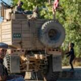 »Efter Første Verdenskrig, skulle der tegnes nye streger på verdenskortet. Det havde den konsekvens, at stregerne visse steder gik nådesløst gennem og delte nogle etnisk homogene befolkningsgrupper, der blev splittet op og fordelt i forskellige stater med andre etniske grupper, og de konflikter, det skabte, oplever vi stadig i dag,« skriver Naser Khader. Her ses en amerikansk patrulje i det kurdiske nordlige Syrien.