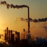 »Det kræver i de nærmeste år meget store investeringer i vedvarende energi, energibesparelser og omstilling i vores produktions- og forbrugsmønster, hvis målet skal nås. Det kræver kraftfuld politisk regulering, så bæredygtig og klimavenlig adfærd belønnes, mens det modsatte bliver dyrere,« skriver Mogens Lykketoft.