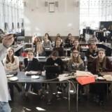 »En særlig udfordring bliver at sikre tilstrækkeligt med talenter, der har de rette it- og ingeniørkompetencer. Skal det lykkes, kommer vi ikke udenom, at flere kvinder skal vælge de tekniske uddannelser,« skriver Berit Toft Fihl. På billedet: IT-universitetet inviterer unge kvinder på programmeringsworkshop.
