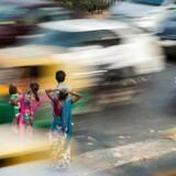 »Verdensbefolkningen skal stabiliseres og, ideelt set, gradvist reduceres.« Sådan lyder den nok mest opsigtsvækkende erklæring i det dystre klimaopråb, der er underskrevet af over 11.000 forskere fra 153 lande. Her foto fra myldretiden i Indiens hovedstad New Delhi, der aktuelt er i en form for undtagelsestilstand som følge af massiv luftforurening.