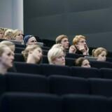 »Specielt det private arbejdsmarkedet har i meget høj grad været i stand til at opsuge de mange kandidater, universiteterne har udklækket de sidste mange år. (...) Så der er intet, der tilsiger, at arbejdsmarkedet i fremtiden får brug for dårligere uddannede unge,« skriver Henning Thiesen.