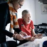 Berlingske fortalte forleden, hvordan 80-årige Folkmar Roll, som lider af Parkinsons sygdom, pludselig ikke længere kunne få de tabletter, der kan dæmpe symptomerne på hans sygdom. Hans kone, Britta, og familien måtte derfor jagte rundt mellem forskellige apoteker i forsøget på at skaffe den medicin, der skal hjælpe ham. Nu vil sundhedsministeren presse på i EU for at sikre, at mere livsvigtig medicin produceres i Europa.