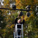 »Kina indsamler og udnytter data i et chokerende omfang og bruger informationerne til at invadere deres egne borgeres privatliv,« skriver USAs ambassadør i Danmark, Carla Sands. På fotoet er en person i færd med at indstille sikkerhedskameraer i udkanten af Tiananmen-pladsen i Beijing